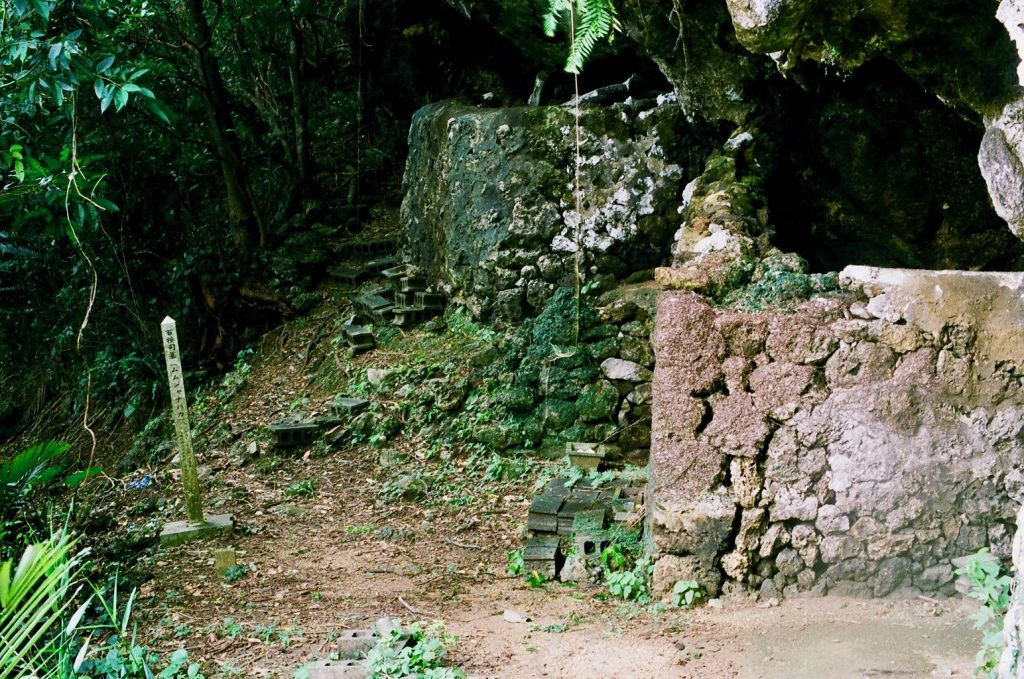 百按司墓は、風葬墓。かつての琉球には遺体を埋葬せず、雨風に晒して自然に還す風習があった